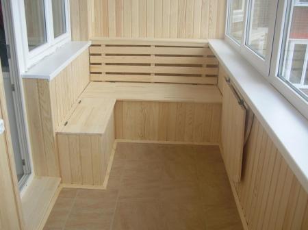 Современная обшивка балкона вагонкой.